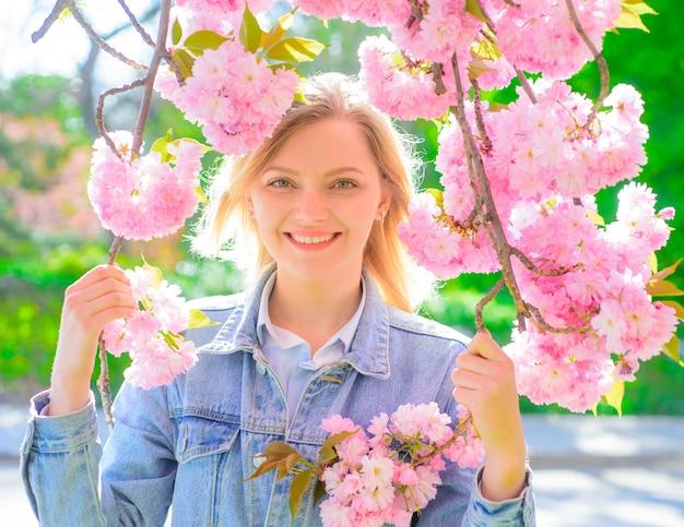 Printemps romantique femme portrait femme en journée ensoleillée printemps femme en fleur de cerisier fille avec sakura