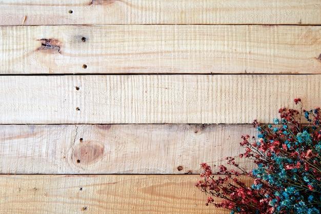 Printemps séché sur bois rustique