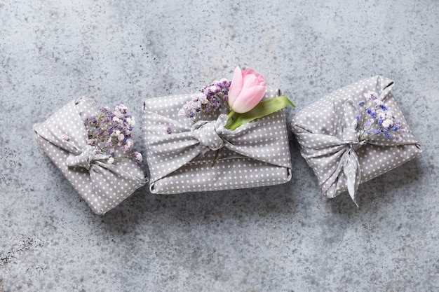 Printemps trois cadeaux durables écologiques avec tulipe.