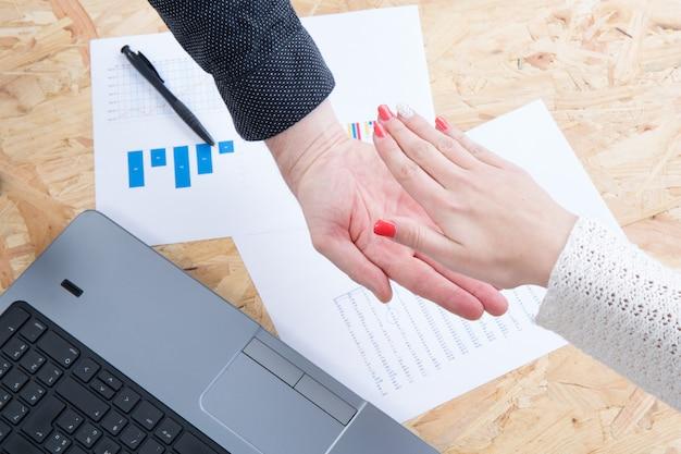 Prise de contact d'un partenaire commercial sous les ordinateurs