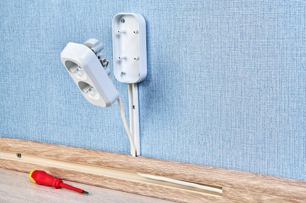 Prise de courant duplex en cours de montage, travaux de câblage résidentiel.
