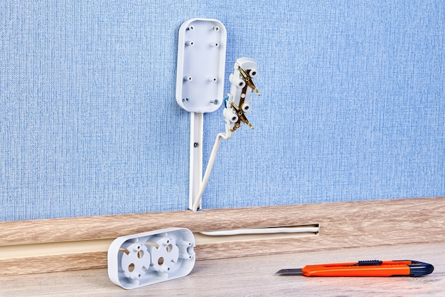 Prise de courant duplex lors de l'installation, montage de la prise murale électrique.