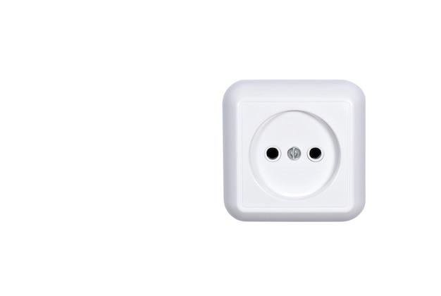Prise de courant électrique isolée sur blanc
