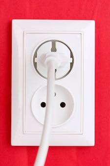 Prise électrique blanche avec prise murale