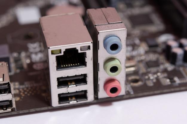Prise lan rj 45 et prise de sortie audio sur la carte mère d'ordinateur isolé sur blanc