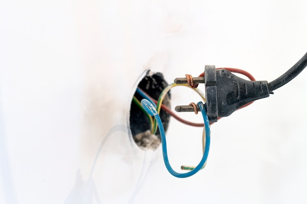 Prise mal câblée montrant une mauvaise et mauvaise connexion et dangereuse
