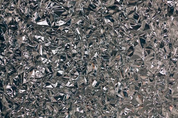 Prise en plein cadre d'une feuille de papier d'aluminium argenté froissé