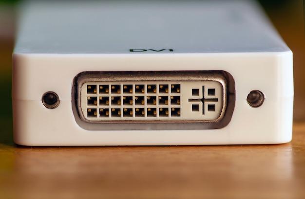 Prise de port dvi, connecteur de carte vidéo sur panneau blanc, mise au point sélectionnée.