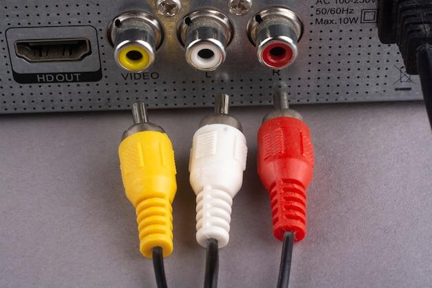 Prise rca avec câble noir se connecte à l'audio et à la vidéo