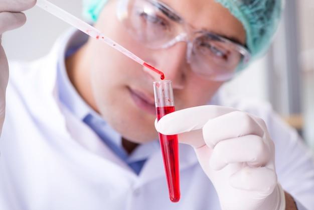 Prise de sang en laboratoire avec une jeune scientifique