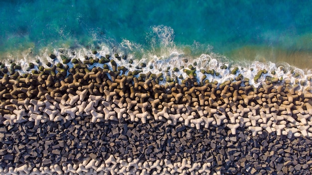Prise de vue aérienne d'une mer bleue ondulée contre les rochers