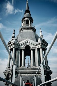 Prise de vue à angle faible vertical d'un immeuble avec un clocher à roubaix, france