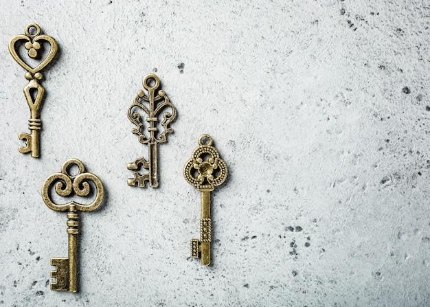 Prise de vue au-dessus de nombreuses vieilles clés différentes sur une vieille surface de béton gris. concept avec espace copie