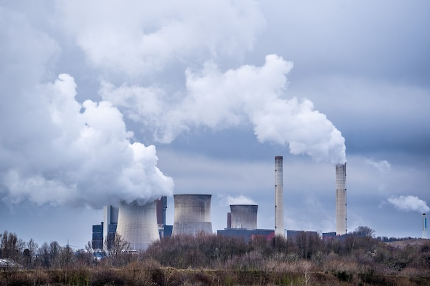 Prise de vue au grand angle de la fumée blanche sortant des centrales nucléaires