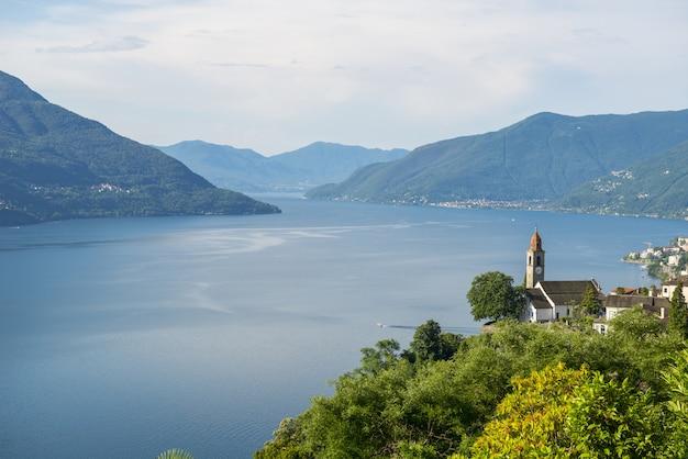 Prise de vue au grand angle d'un lac entouré d'arbres et de montagnes