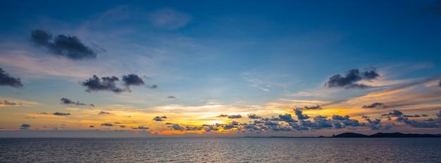 Prise de vue au grand angle d'un magnifique coucher de soleil sur la mer tropicale à l'heure d'été à partir d'un objectif à bascule pour l'arrière-plan