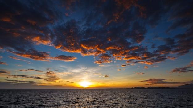 Prise de vue au grand angle d'un magnifique coucher de soleil sur la mer tropicale à l'heure d'été à partir d'un objectif à basculement/décalage au format full hd