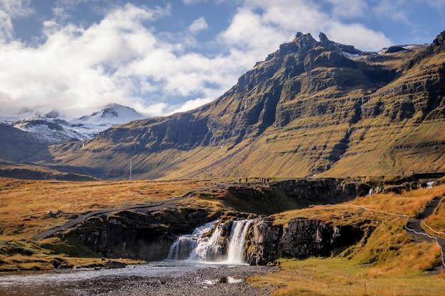 Prise de vue au grand angle des montagnes de kirkjufell, islande pendant la journée