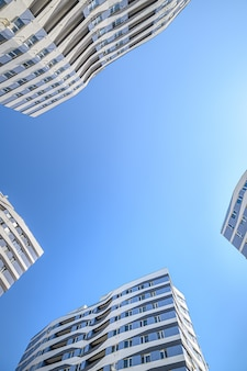 Prise de vue au grand angle de nouveaux bâtiments extérieurs d'appartements