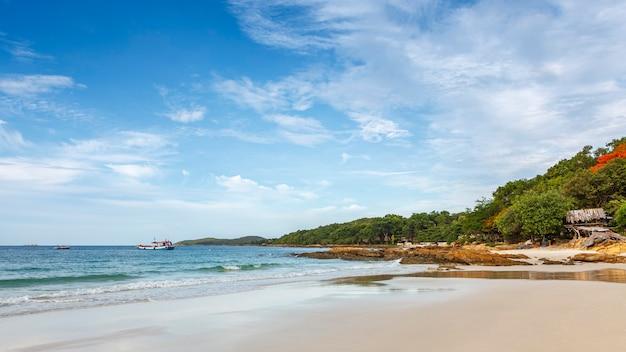 Prise de vue au grand angle de la plage et de la mer tropicale sous le ciel bleu clair le jour d'été en plein rapport hd