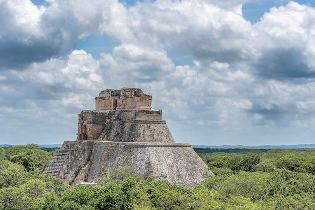 Prise de vue au grand angle de la pyramide du magicien au mexique