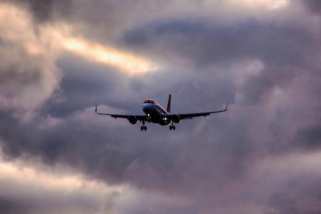 Prise de vue en contre-plongée d'un avion en ordre décroissant d'un ciel nuageux