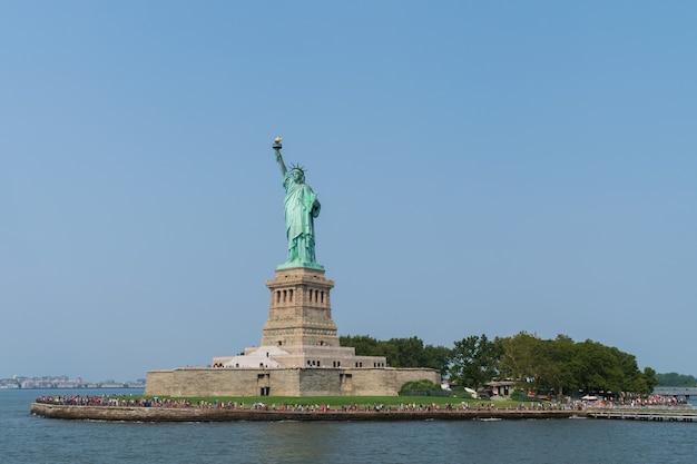 Prise de vue en contre-plongée de la statue de la liberté, états-unis