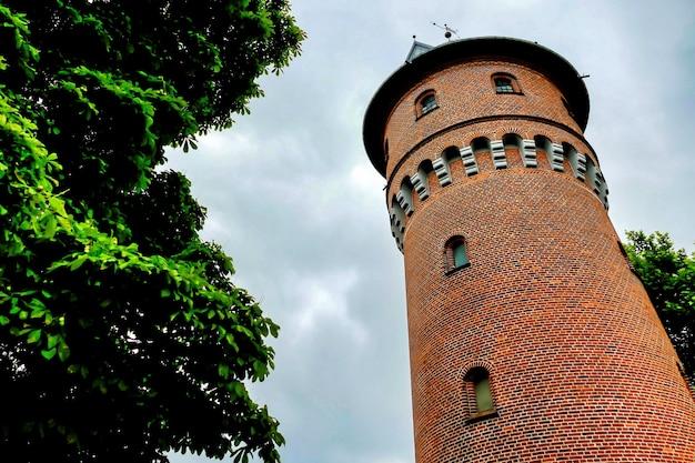 Prise de vue à faible angle du phare kolobrzeg en pologne
