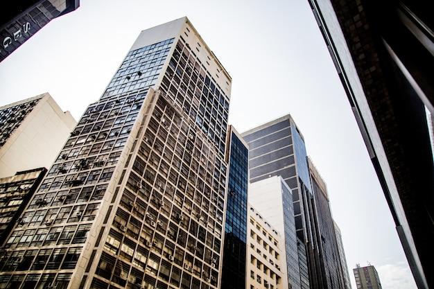 Prise de vue à faible angle d'un gratte-ciel moderne au centre-ville de rio de janeiro