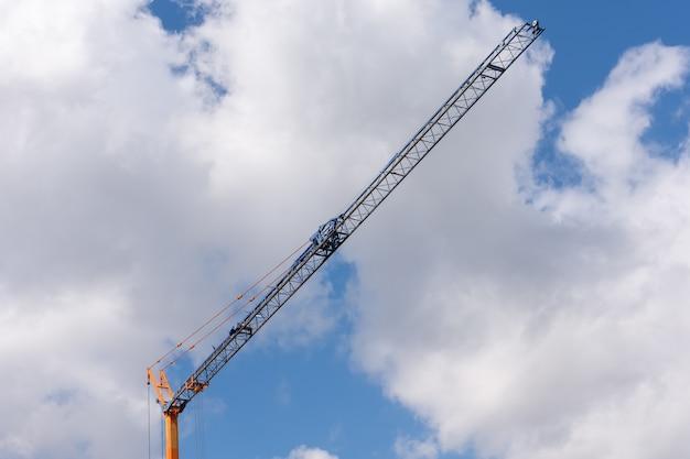 Prise de vue en faible angle d'une grue de construction sous un ciel nuageux