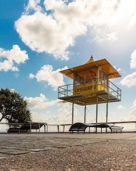 Prise de vue à faible angle d'un stand de sauveteur près de la mer sous le ciel nuageux