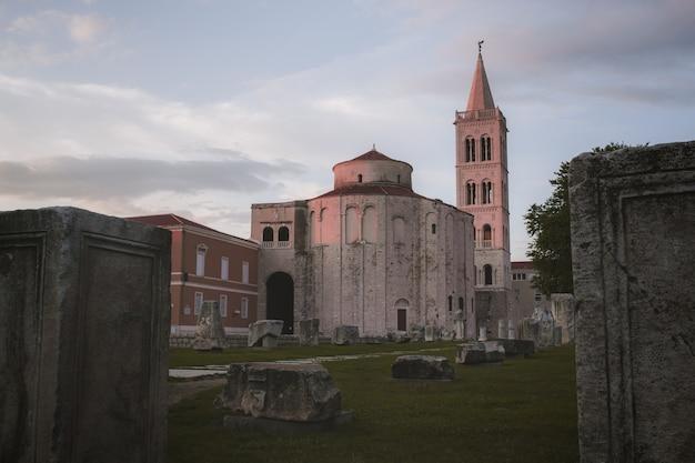 Prise de vue fascinante de l'église saint-donat dans le forum romain capturé à zadar, croatie