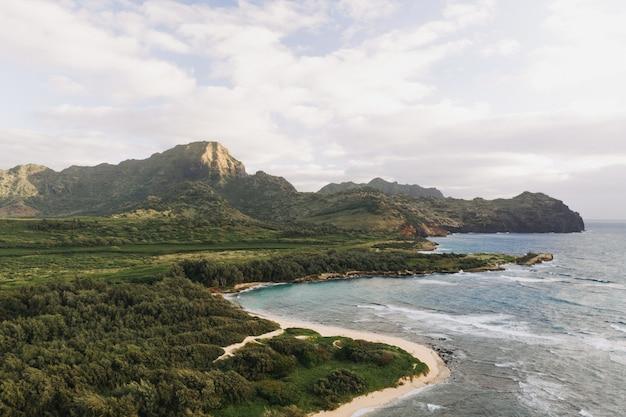 Prise de vue en grand angle d'un beau bord de mer avec un ciel nuageux blanc
