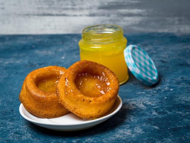 Prise de vue en grand angle de biscuits avec de la confiture d'ananas