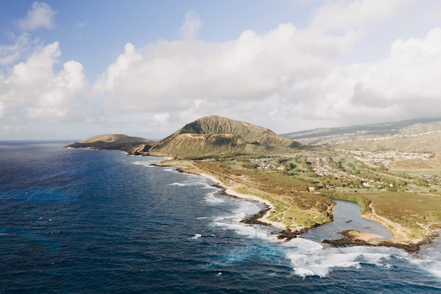 Prise de vue en grand angle d'un bord de mer avec un ciel bleu nuageux
