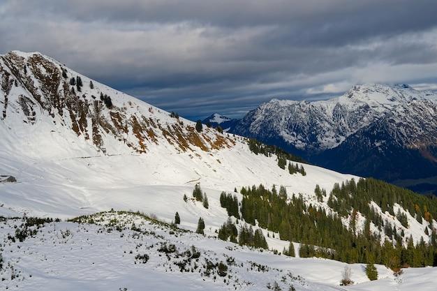 Prise de vue en grand angle de la chaîne de montagnes alpines sous le ciel nuageux