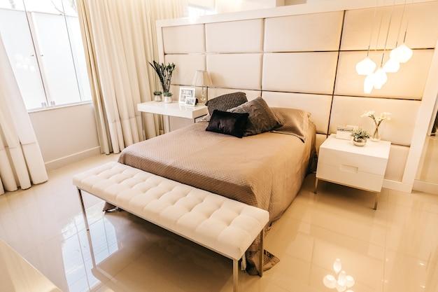 Prise de vue en grand angle d'une chambre avec des trucs intérieurs dans des tons beiges