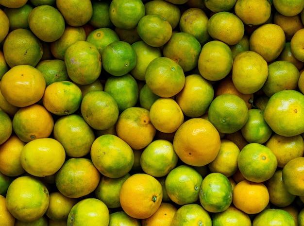Prise de vue en grand angle d'une délicieuse mandarines de fruits frais