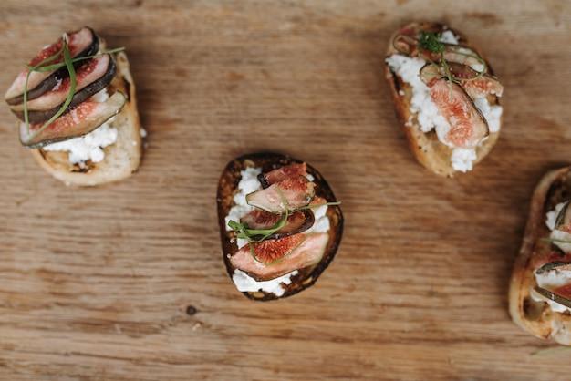 Prise de vue en grand angle de délicieuses figues tranchées sur du pain grillé