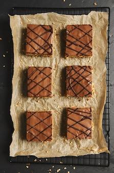 Prise de vue en grand angle de délicieux gâteaux aux noix tranchés avec glaçage au chocolat