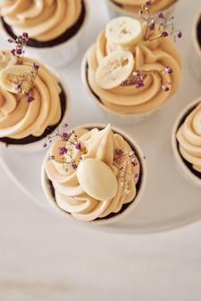Prise de vue en grand angle de délicieux petits gâteaux au chocolat avec garniture à la crème blanche