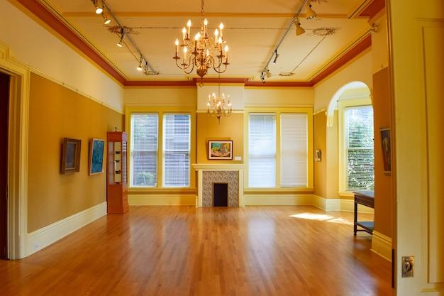 Prise de vue grand angle de l'intérieur d'un bâtiment, y compris les images, le lustre et les portes