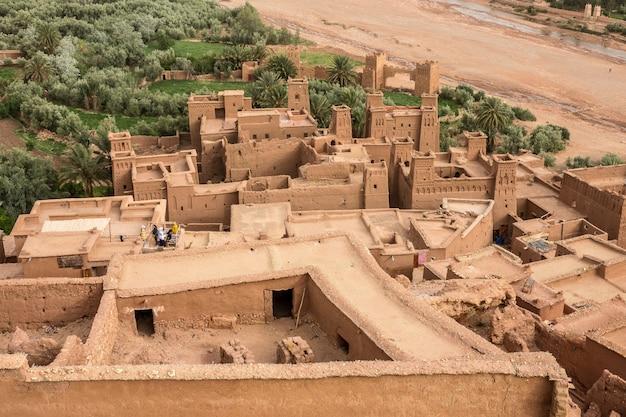 Prise de vue en grand angle de la kasbah ait ben haddou village historique au maroc