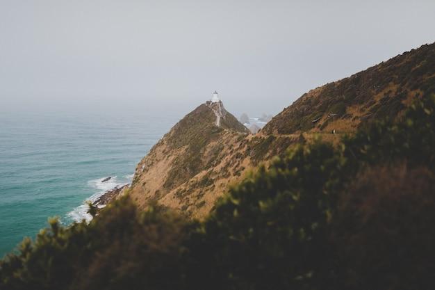 Prise de vue en grand angle d'un magnifique phare de nugget point ahuriri en nouvelle-zélande