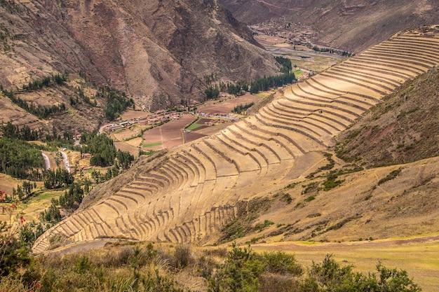 Prise de vue en grand angle des magnifiques champs et montagnes capturés à pisac, pérou