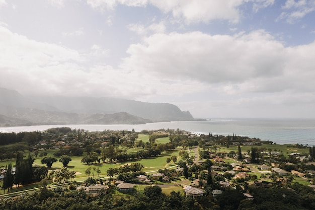 Prise de vue en grand angle de maisons au bord de la mer avec un ciel bleu nuageux