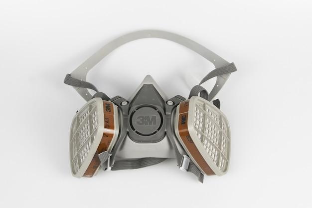 Prise de vue en grand angle d'un masque facial 3m avec une surface de couleur blanche