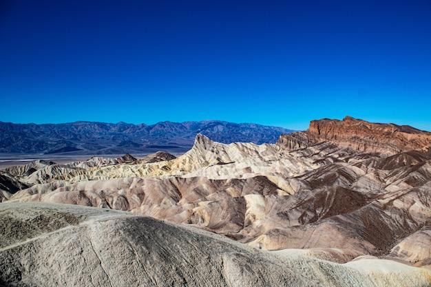 Prise de vue en grand angle de montagnes pliées death valley national park skidoo en californie, usa