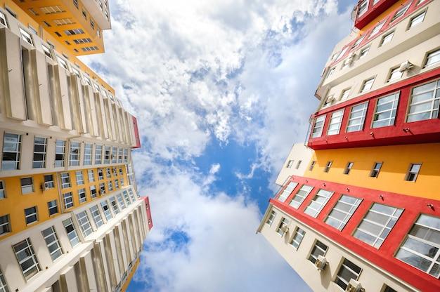 Prise de vue grand angle de nouveaux bâtiments résidentiels