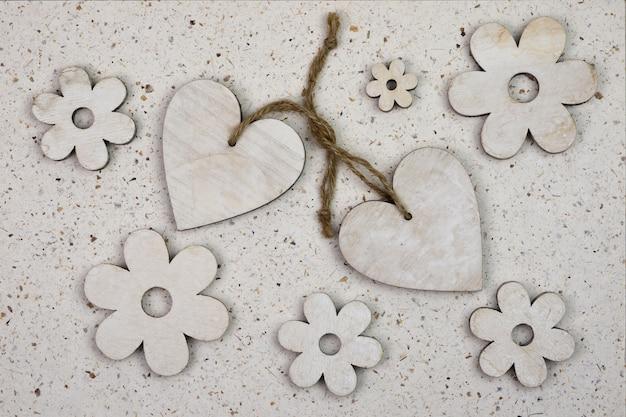 Prise de vue en grand angle d'ornements en forme de coeur en bois avec des fleurs